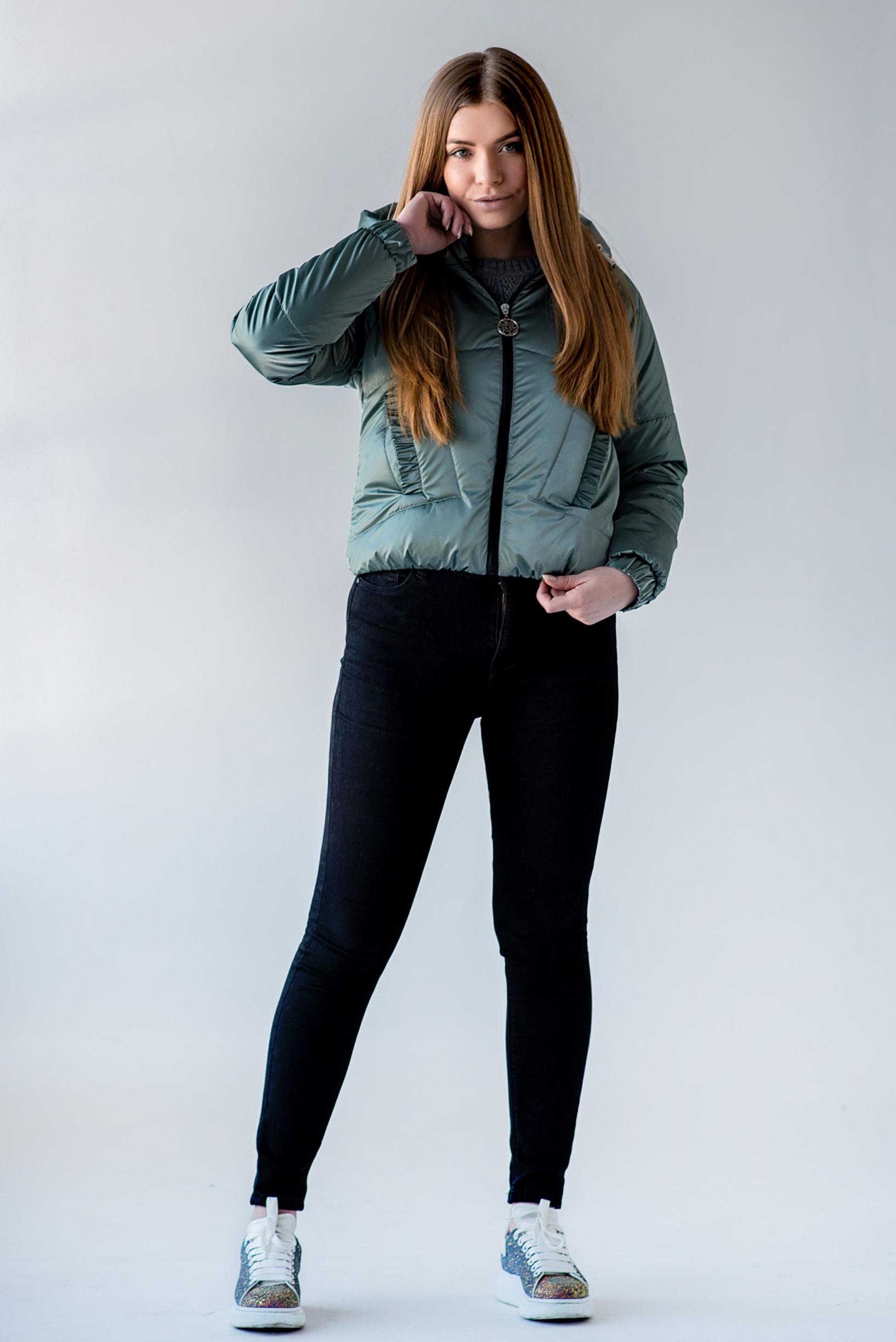 Демисезонная укороченная зелёная куртка Берри из велюрной плащёвки