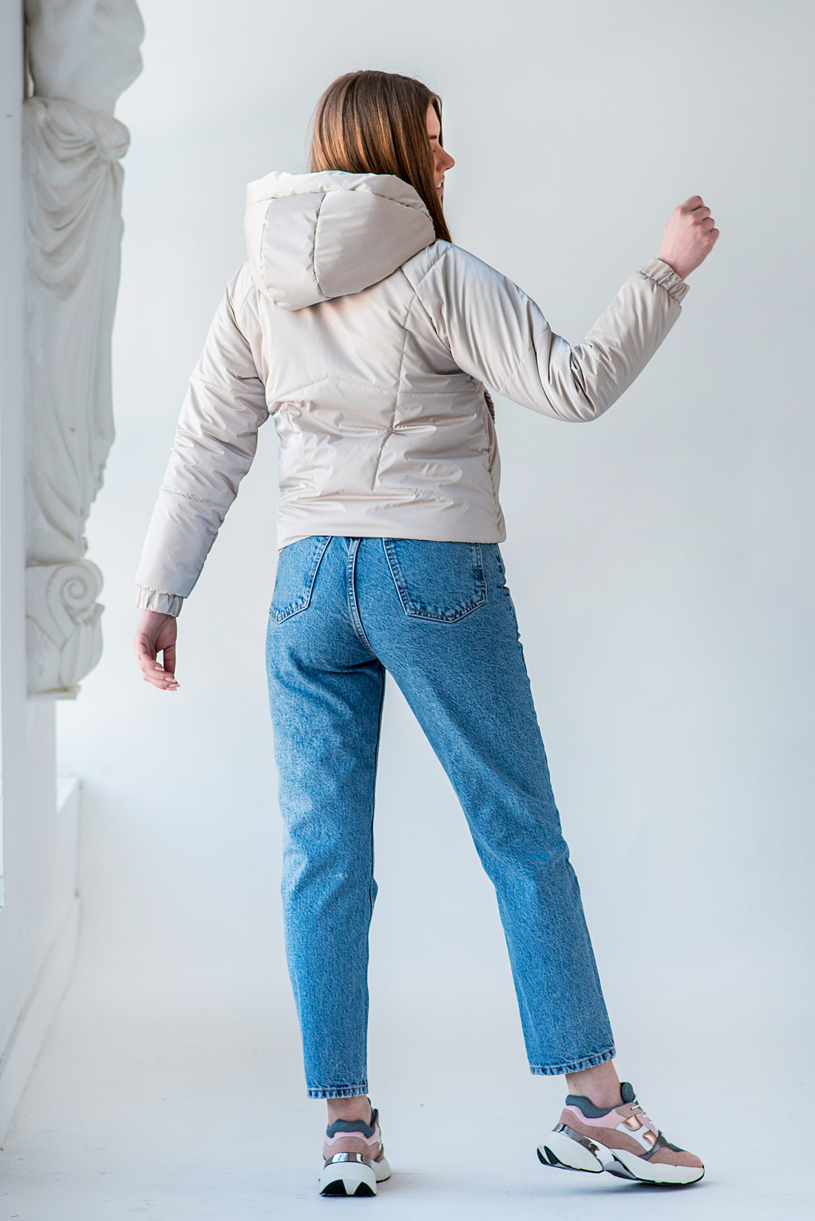 Демисезонная укороченная бежевая куртка Берри