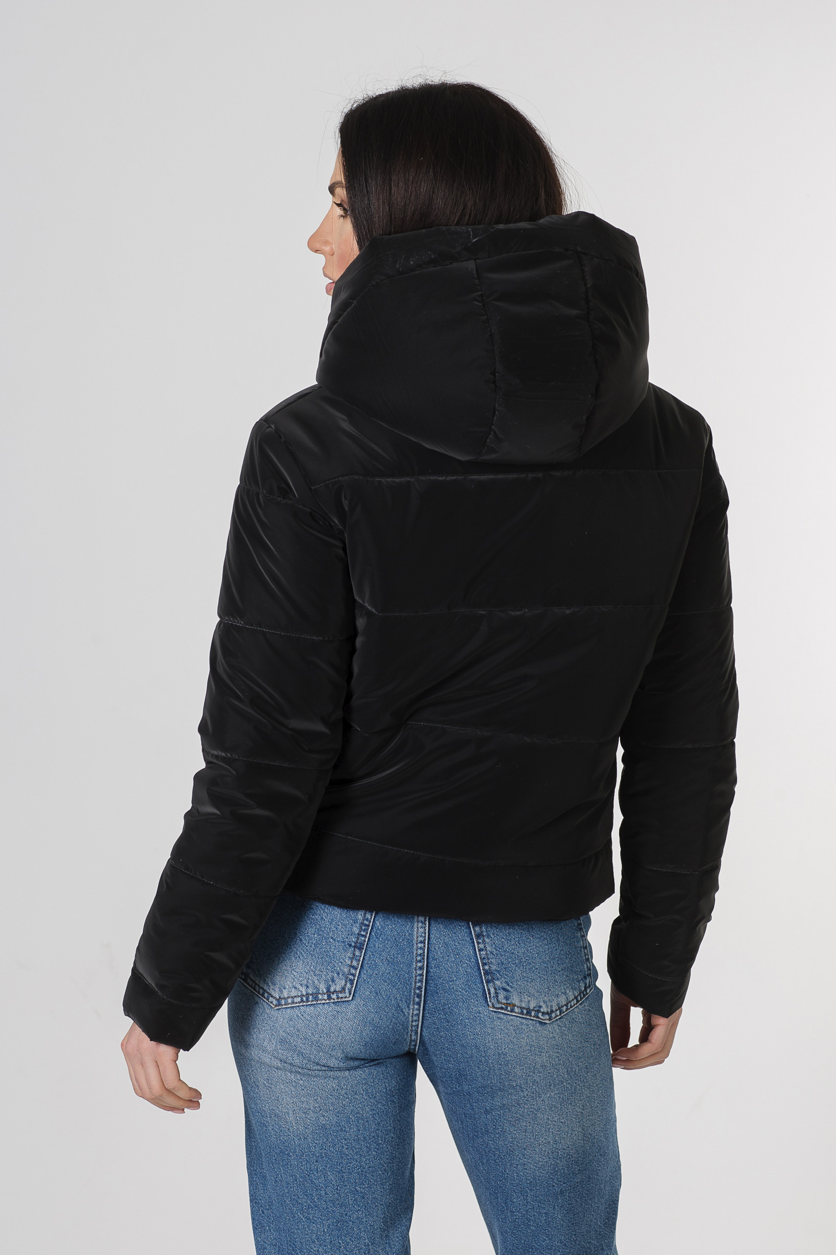 Весенняя полуспортивная чёрная укороченная куртка из велюровой ткани Триша
